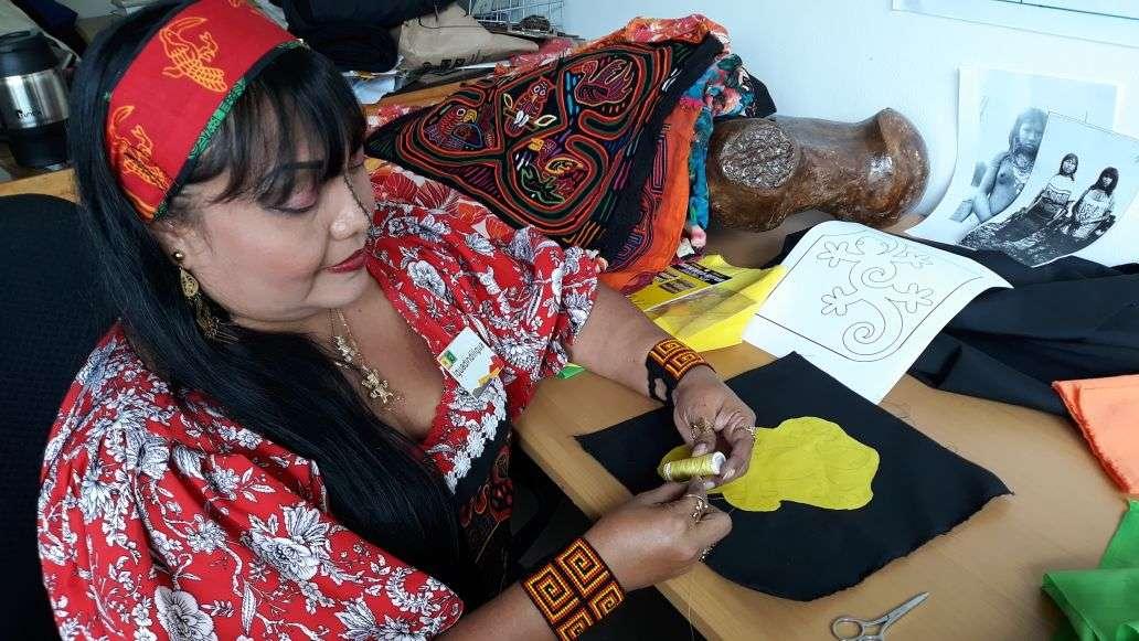 """Lo que más cosen las artesanas son bolsas, carteras, trajes para dama, trajes de baño, sabanas, sombreros """"aunque es muy costosos porque llevan mucho trabajo. Foto: Yorlenne Morales"""