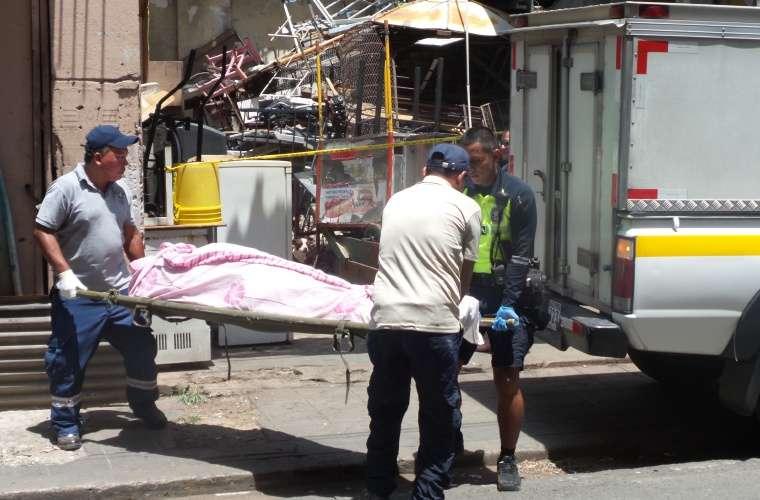 El policía ayudó a cargar el pesado cuerpo para poder ingresarlo al carro lechuza. Foto: Landro Ortiz