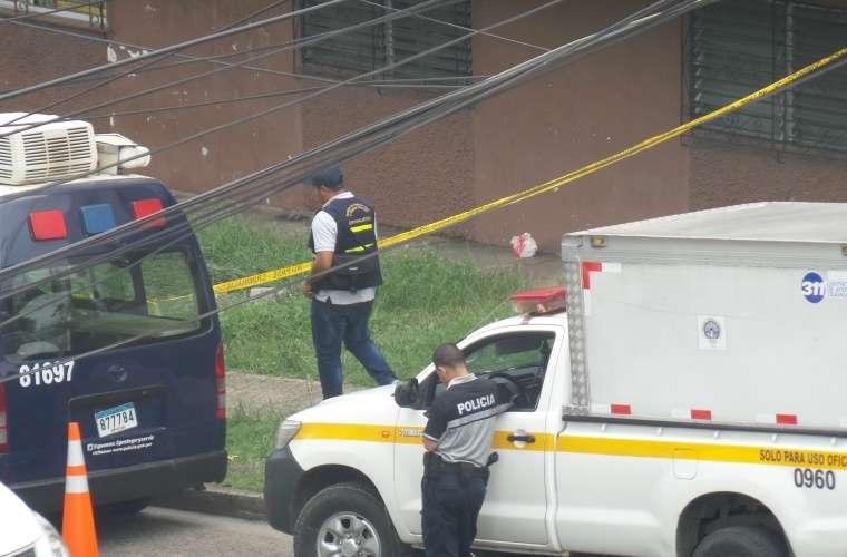 Los moradores de las multis de San Pedro salían de sus apartamentos preocupados por la noticia del hallazgo del pequeño cadáver dentro de la tubería de aguas negras. Foto: Landro Ortiz