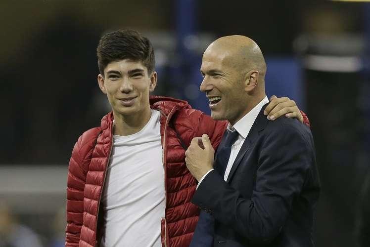 Zidane camina con su hijo Luca. Foto AP