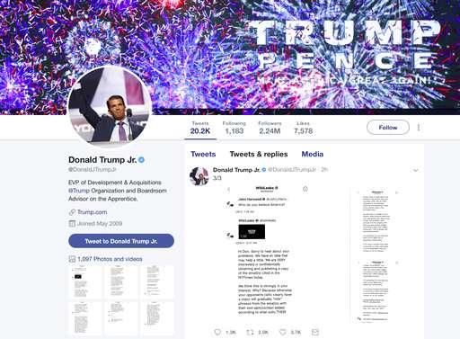 Esta imagen de la cuenta de Twitter de Donald Trump Jr. muestra una serie de mensajes directos que recibió de la cuenta de Twitter detrás del sitio web WikiLeaks.  /  AP