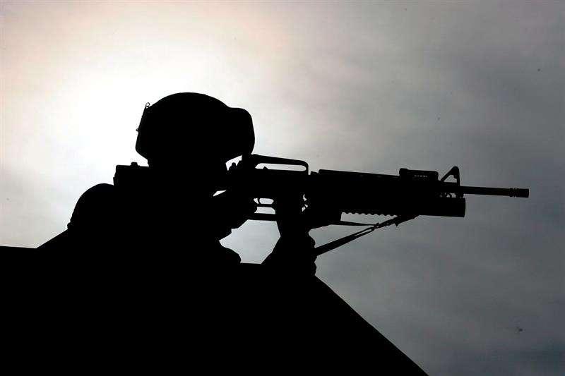 Un soldado apunta con su arma durante unas maniobras militares conjuntas organizadas por los ejércitos de Corea del Sur y Estados Unidos. EFEArchivo