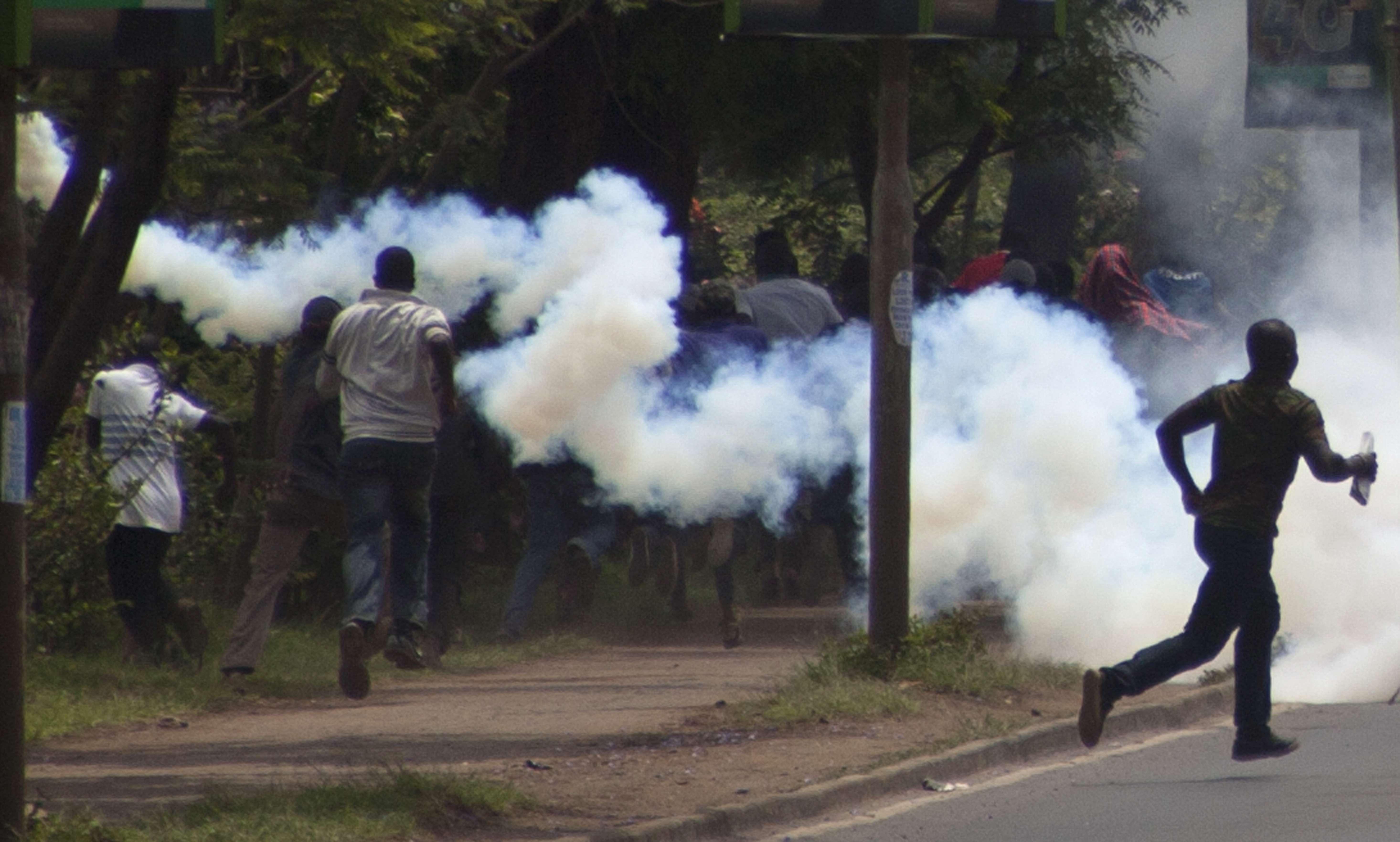 Trabajadores de funerarias y testigos dijeron que la policía les había disparado. Foto: AP