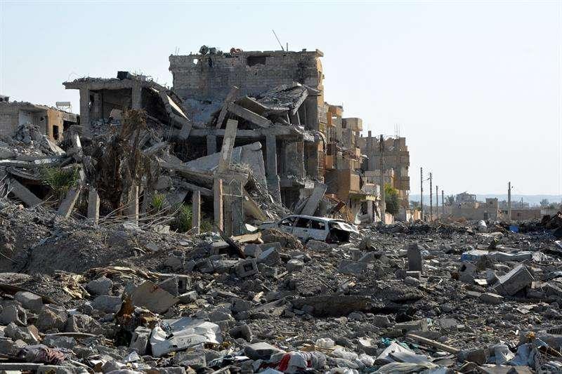 Ruinas de un edificio en medio de la ciudad destruida de Al Raqa (Siria). EFEArchivo)