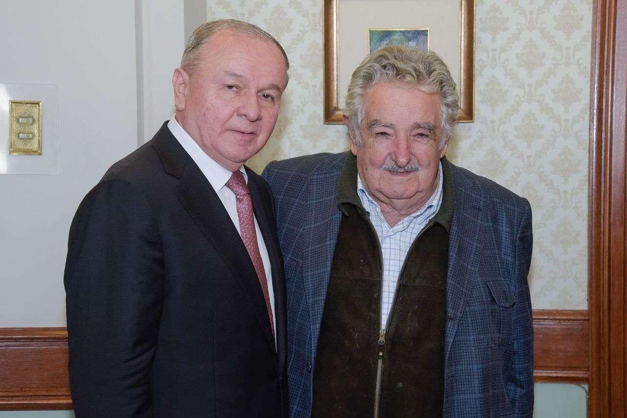"""El diputado Elías Castillo, presidente del PARLATINO, junto al expresidente del Uruguay, José """"Pepe"""" Mujica, en visita oficial realizada al país sudamericano."""