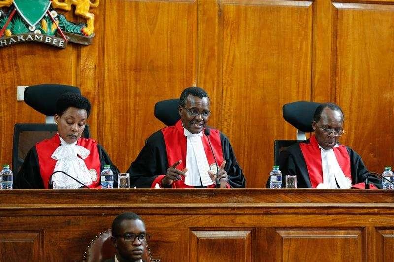 Varios jueces del Tribunal Supremo anuncian la validación del resultado de las elecciones del pasado 26 de octubre, boicoteadas por la oposición, en Nairobi, Kenia. EFE
