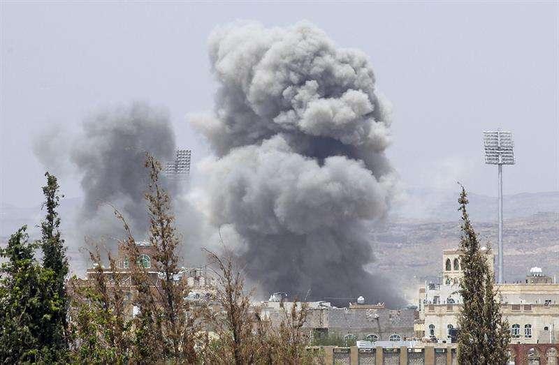 En la imagen, una columna de humo se eleva tras un bombardeo aéreo. EFE/Archivo