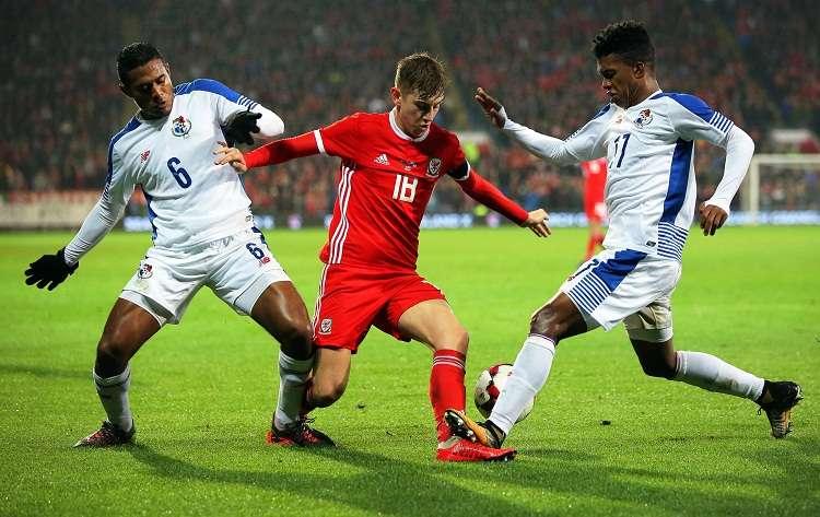 Manuel Vargas (i) y Luis Ovalle (d) en acción ante Davide Brooks (c) de Gales. Foto: EFE