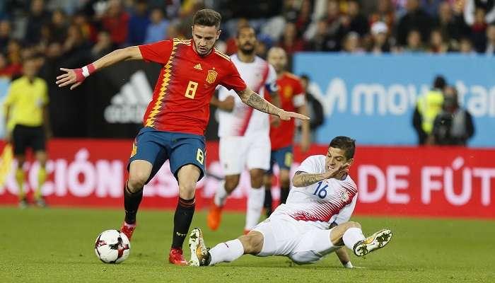 El centrocampista de España Saúl Ñíguez (i) lucha con el defensa de Costa Rica Cristian Gamboa durante el partido amistoso que disputan esta noche en el estadio de La Rosaleda (Málaga). EFE/Jose Manuel Vidal.