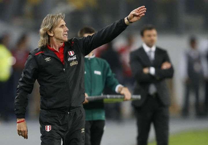 """El entrenador de Perú, Ricardo Gareca, señaló que si le toca un grupo accesible """"la meta"""" será clasificarse para los octavos de final. Foto AP"""