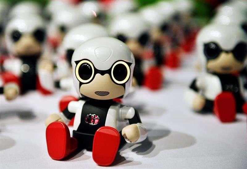 """Un robot """"Kirobo Mini"""" durante una rueda de prensa en Tokio, Japón, hoy 22 de noviembre de 2017. Toyota ha lanzado a la venta en Japón este tipo de robot mini por un precio de 39.800 yenes (unos 300 euros). EFE"""