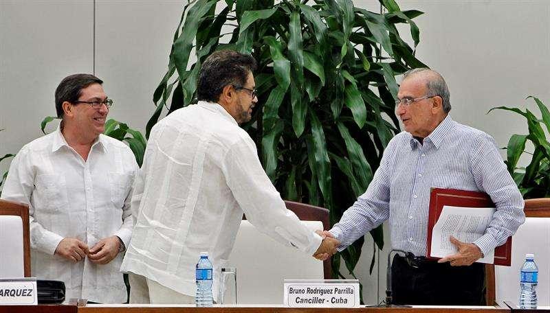 """n la imagen, el jefe negociador del Gobierno colombiano, Humberto de la Calle (d) y el segundo jefe de las FARC y líder de los delegados de la guerrilla en La Habana, Luciano Marín (c), alias """"Iván Márquez"""". EFE/Archivo"""