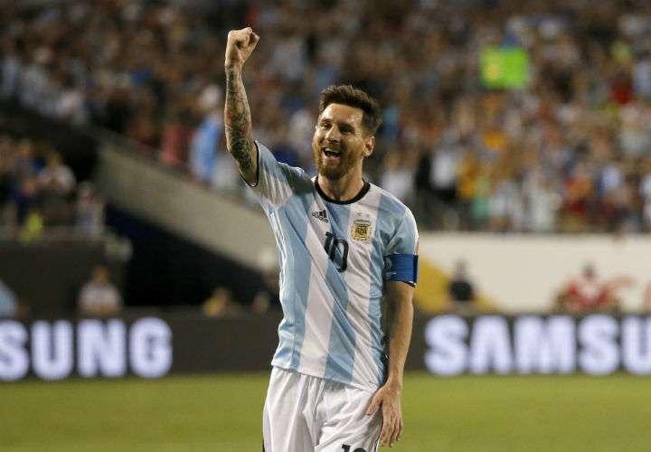 Lionel Messi perforó las redes en tres ocasiones, en el triunfo de Argentina 3-1 sobre Ecuador, en el último partido de la eliminatoria de la Conmebol. Foto EFE