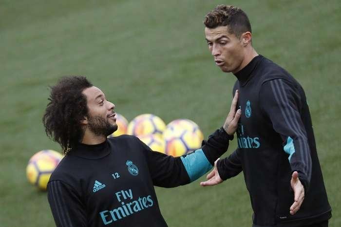 El jugador portugués del Real Madrid, Cristiano Ronaldo, y el brasileño Marcelo Vieira (i), durante el entrenamiento de esta mañana de su equipo en la Ciudad Deportiva de Valdebebas/EFE