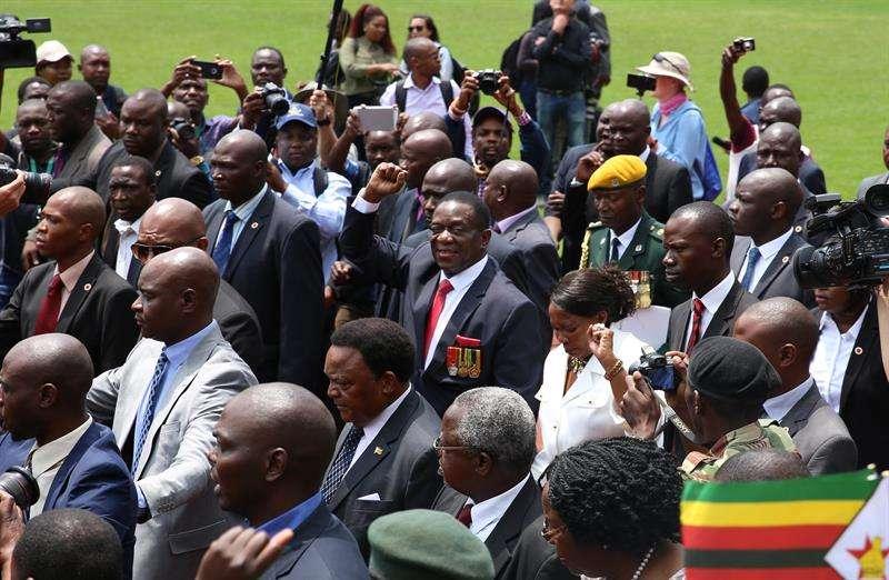 El presidente provisional de Zimbabue, Emmerson Mnangagwa (C), saluda a su llegada a la ceremonia de juramento oficial en el estadio nacional de deportes en Harare (Zimbabue). /  EFE
