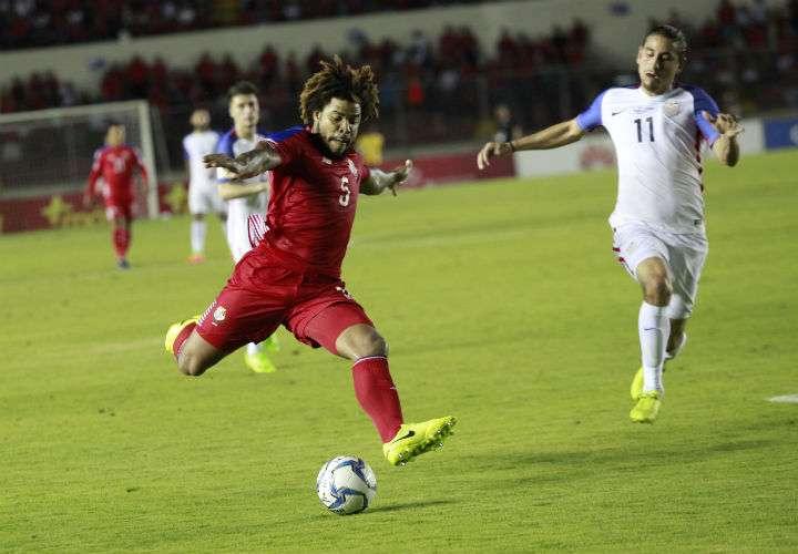 El defensa Román Torres (izq.) fue el que le dio el boleto a Panamá al Mundial Rusia 2018. Foto Anayansi Gamez