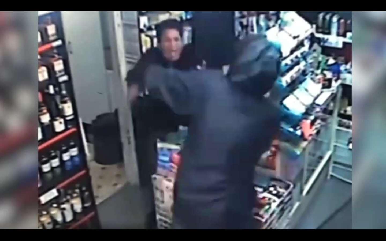 Se defendió del atacante.  Captura de video