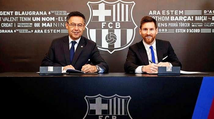 Josep Maria Bartomeu y Messi durante la firma del contrato/ AP