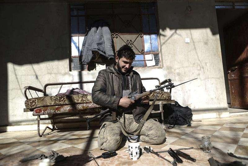 En la imagen, un soldado del Ejército del Islam (Jaysh al-Islam) limpiando su arma en la localidad de Duma, controlada por los rebeldes, a las afueras de Damasco, Siria. EFEArchivo