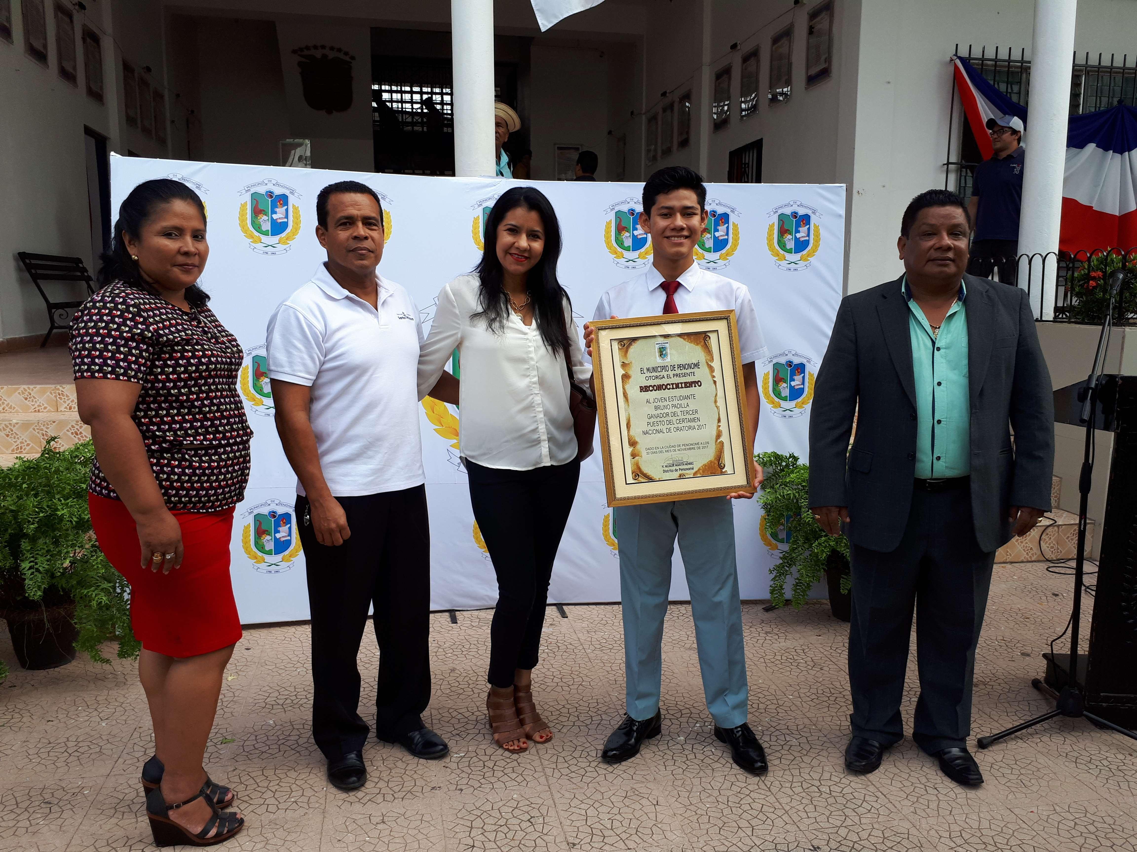Bruno Padilla, estudiante que logró el  tercer lugar en Concurso de Oratoria, su familia y el alcalde de Penonomé