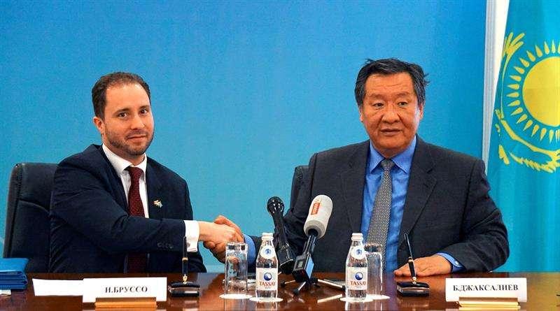 viceministro de Energía kazajo, Bakhytzhan Dzhaksaliyev (d), y el embajador canadiense en Kazajistán, Nicholas Brousseau (i) tras la firma del Memorando de Entendimiento para el fortalecimiento del Tratado de Prohibición de Ensayos Nucleares en Astaná.