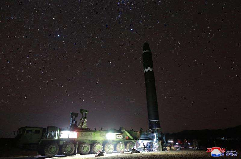 Pyongyang mostró este 30 de noviembre de 2017, con la publicación de 42 fotografías, el nuevo misil balístico intercontinental (ICBM), el Hwasong-15 (Marte-15 en coreano), disparado bajo la supervisión del líder norcoreano, Kim Jong-un. EFE