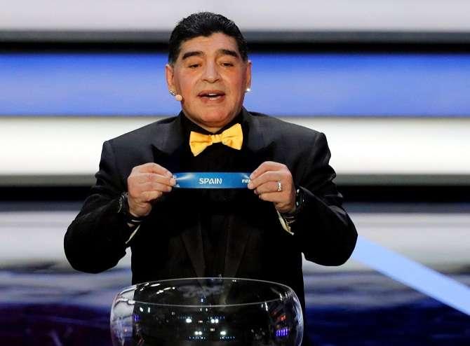 Diego Armando Maradona muestra la papeleta de España. Foto: EFE
