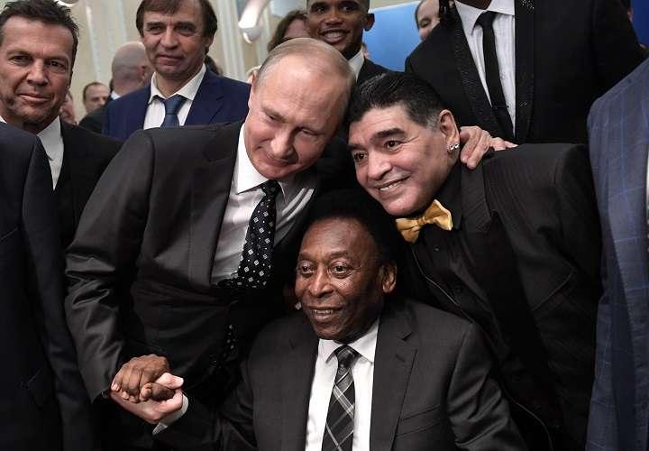 Pelé junto a Maradona y Putin. Foto/EFE
