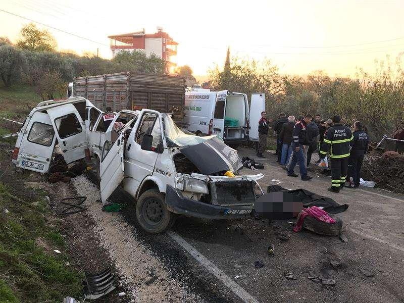 Trabajadores de rescate turcos en el sitio de un accidente de tráfico en Hatay, Turquía, 03 de diciembre de 2017. EFE