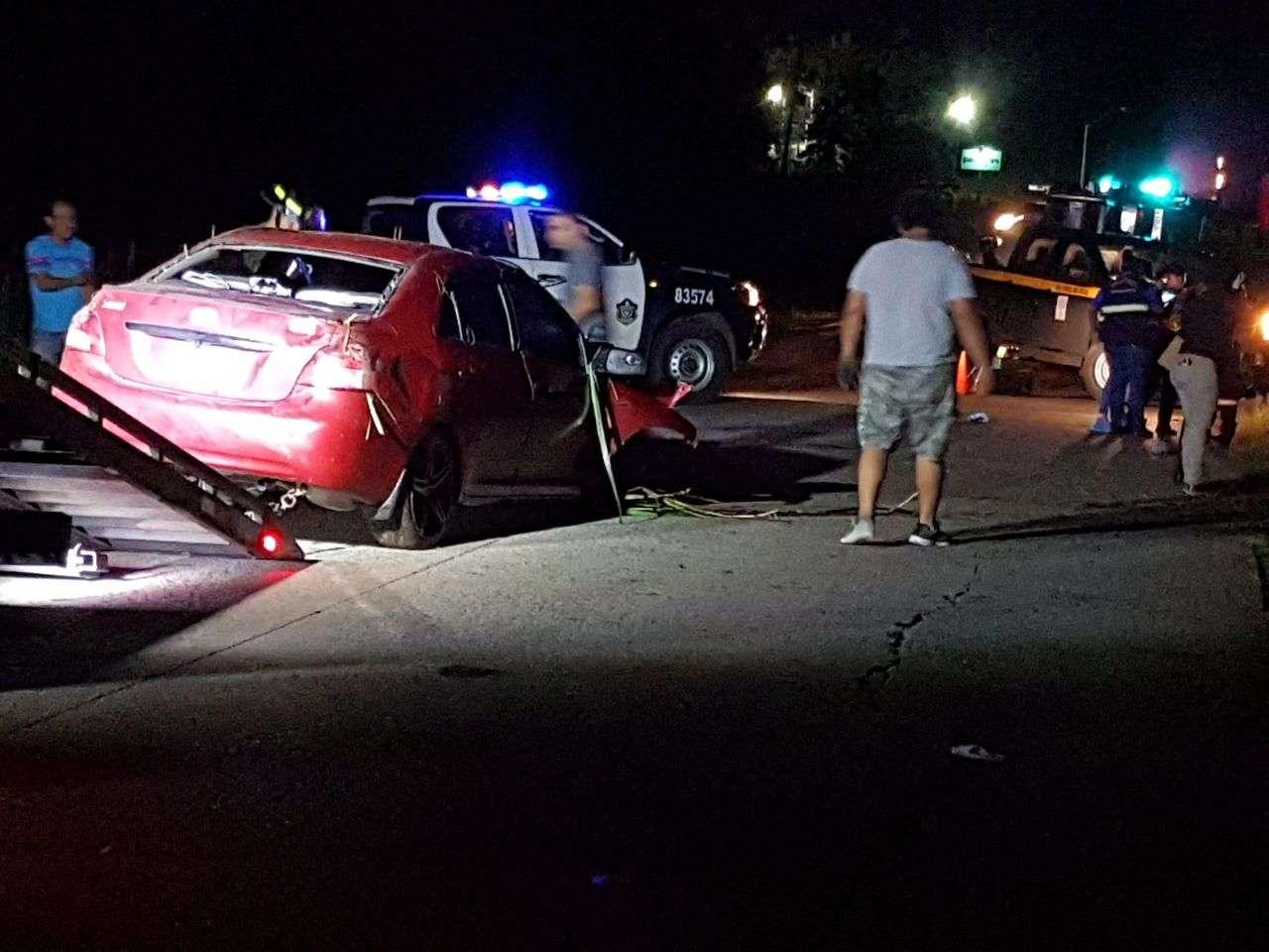Producto de fuerte golpe, el cuerpo de la víctima quedó atrapado dentro de la carrocería del vehículo que terminó muy achurrada. /  Foto: Raimundo Rivera