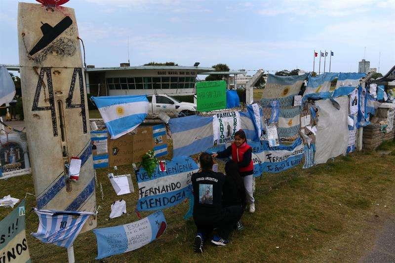 arias personas visitan el lugar de homenaje a los 44 tripulantes del submarino desaparecido en Argentina. EFE