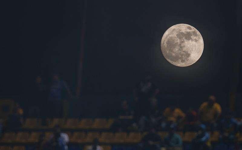 Vista de la luna desde la ciudad de Monterrey (México). EFE