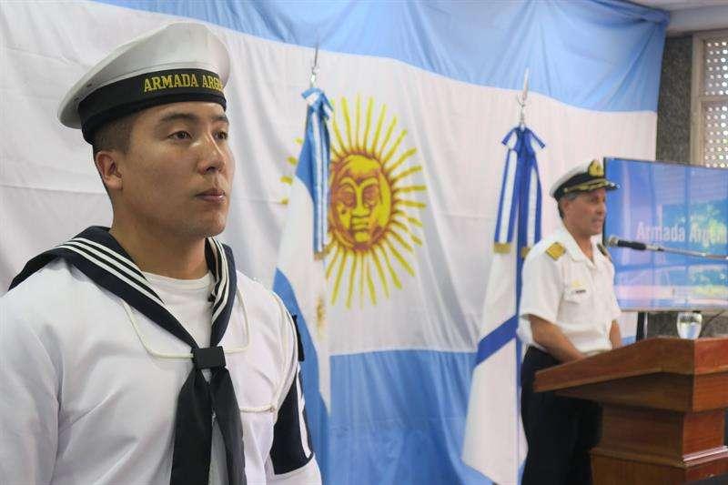 El capitán de navío Enrique Balbi (d) habla durante una rueda de prensa en Buenos Aires (Argentina), para dar parte de las últimas actualizaciones en la búsqueda del submarino ARA San Juan, desaparecido desde hace 19 días con 44 tripulantes a bordo. EFE