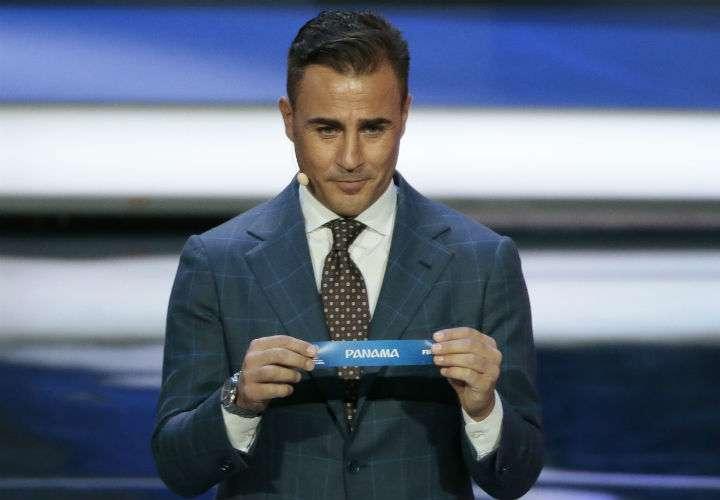 La leyenda del fútbol italiano Favio Cannavaro sacó el nombre de Panamá durante el sorteo del Mundial Rusia 2018. Foto AP