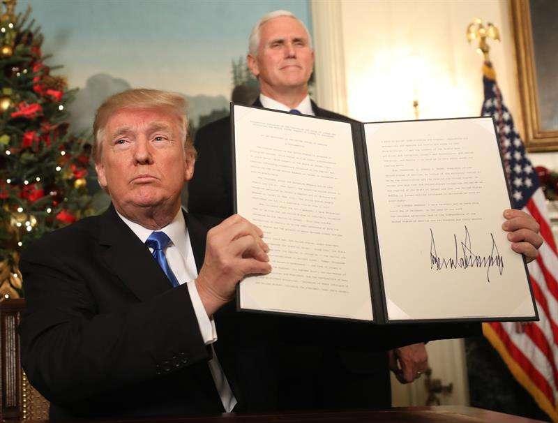 El presidente de EE.UU., Donald Trump, firma su proclamación en la Casa Blanca, en Washington, EE.UU., con el que confirmó que su país reconocerá a partir de ahora a Jerusalén como capital de Israel.  /  EFE