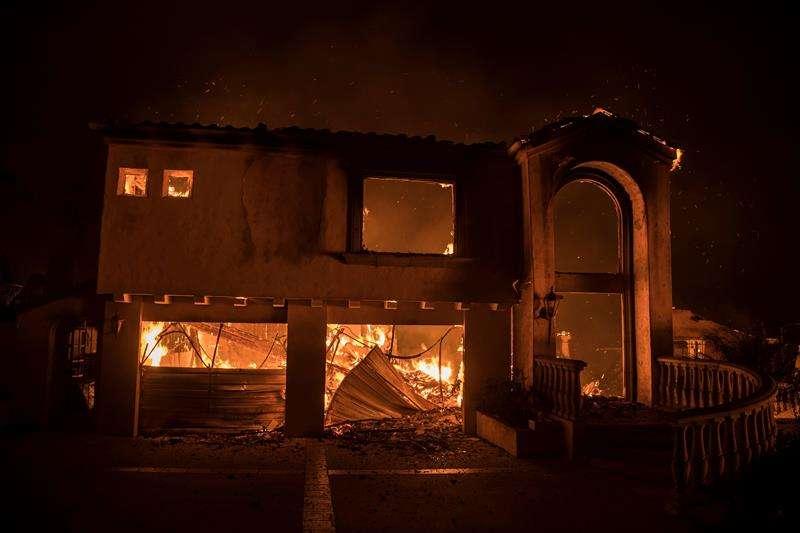 El fuego destruye una vivienda como consecuencia de un incendio que se desató la apsada noche en California, Estados Unidos. EFE