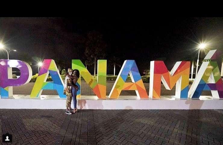 La pareja aparece en uno de los miradores de Panamá