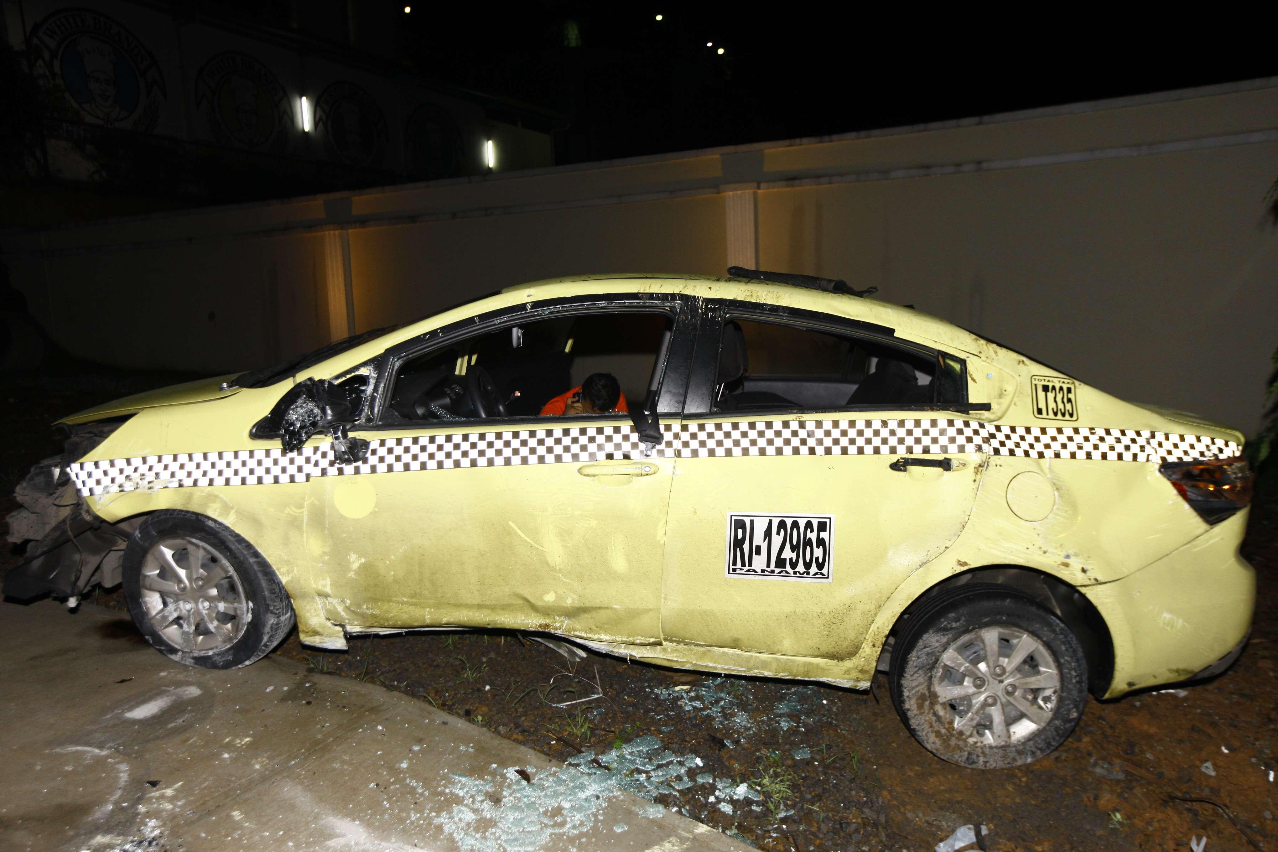 El costado del taxi del lado del conductor fue el que terminó con más daños.  /  Foto: Alexander Santamaría