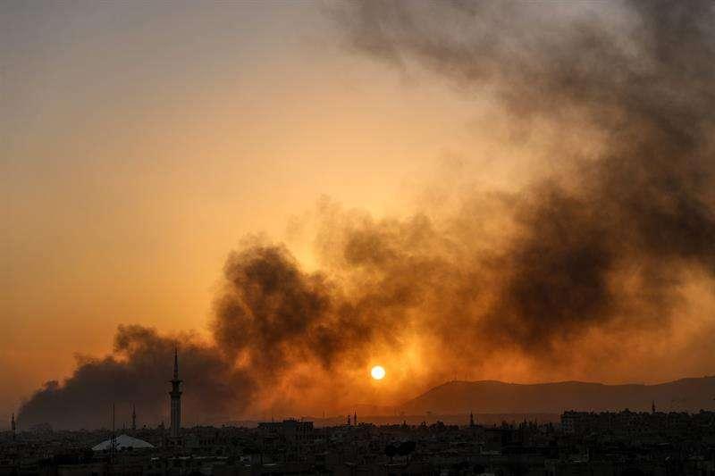Vista del humo después del lanzamiento de una bomba aérea por parte del régimen de Al Assad, en Harsta, en Douma (Siria). EFEArchivo