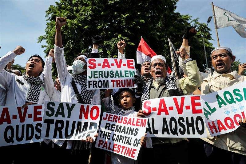 Activistas musulmanes protestan contra la decisión del presidente estadounidense, Donald J. Trump, de reconocer Jerusalén como la capital de Israel, delante de la Embajada de EE.UU. en Yakarta (Indonesia). / EFE