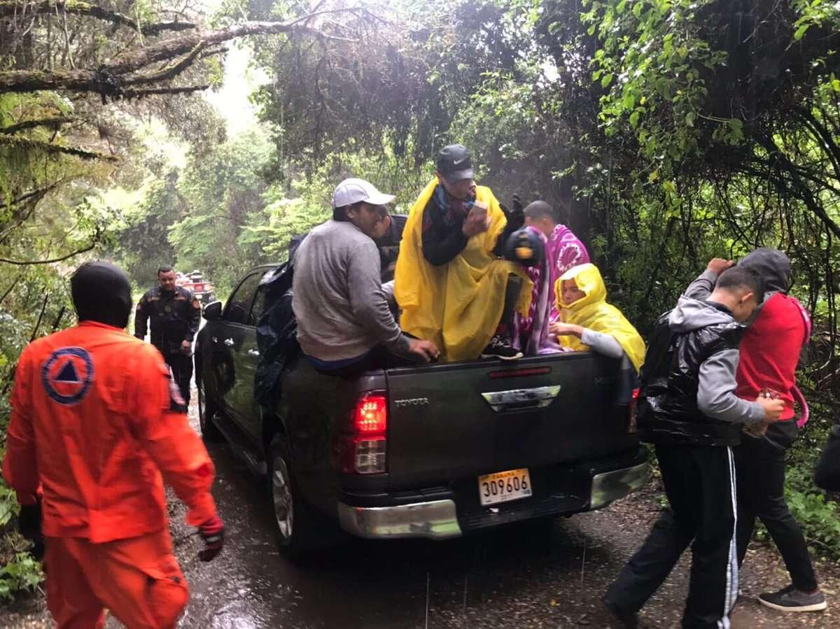 Un equipo de rescate brindó asistencia a personas en la cima del Volcán Barú. / Foto: Sinaproc