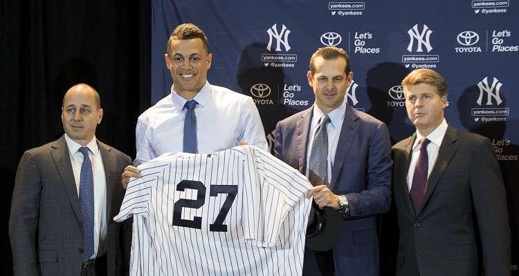 Giancarlo Stanton (centro) posa con su nueva camiseta. Foto: AP
