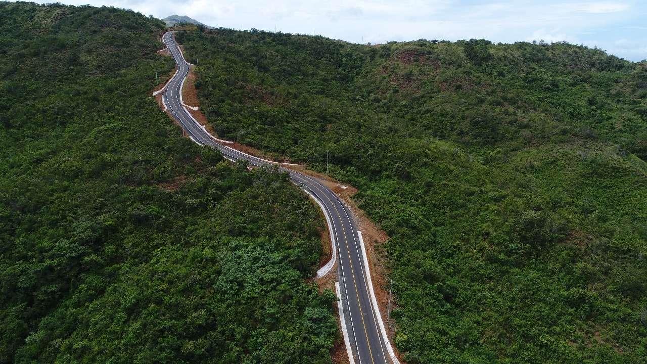 Esta carretera cuenta con dos carriles de rodadura de 2.75 metros de ancho (calzada de 5.5 metros) con pavimento flexible de carpeta de hormigón asfáltico convencional.