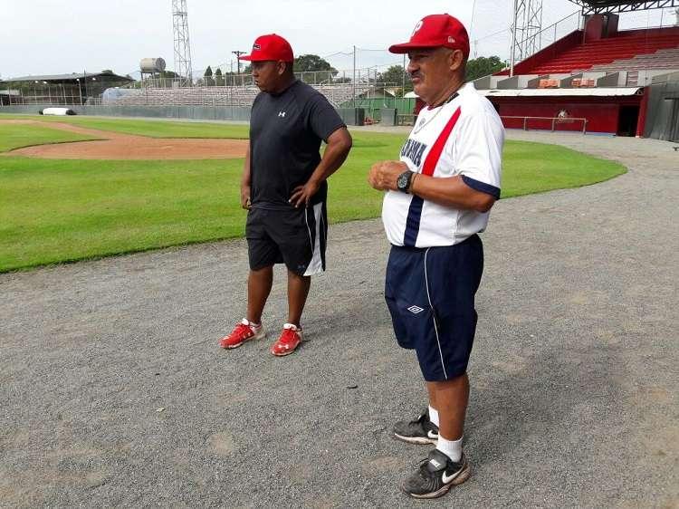 Cristóbal Girón (der.) junto a su instructor de lanzadores José Muñoz./ Foto Cortesía Ariel Ortega