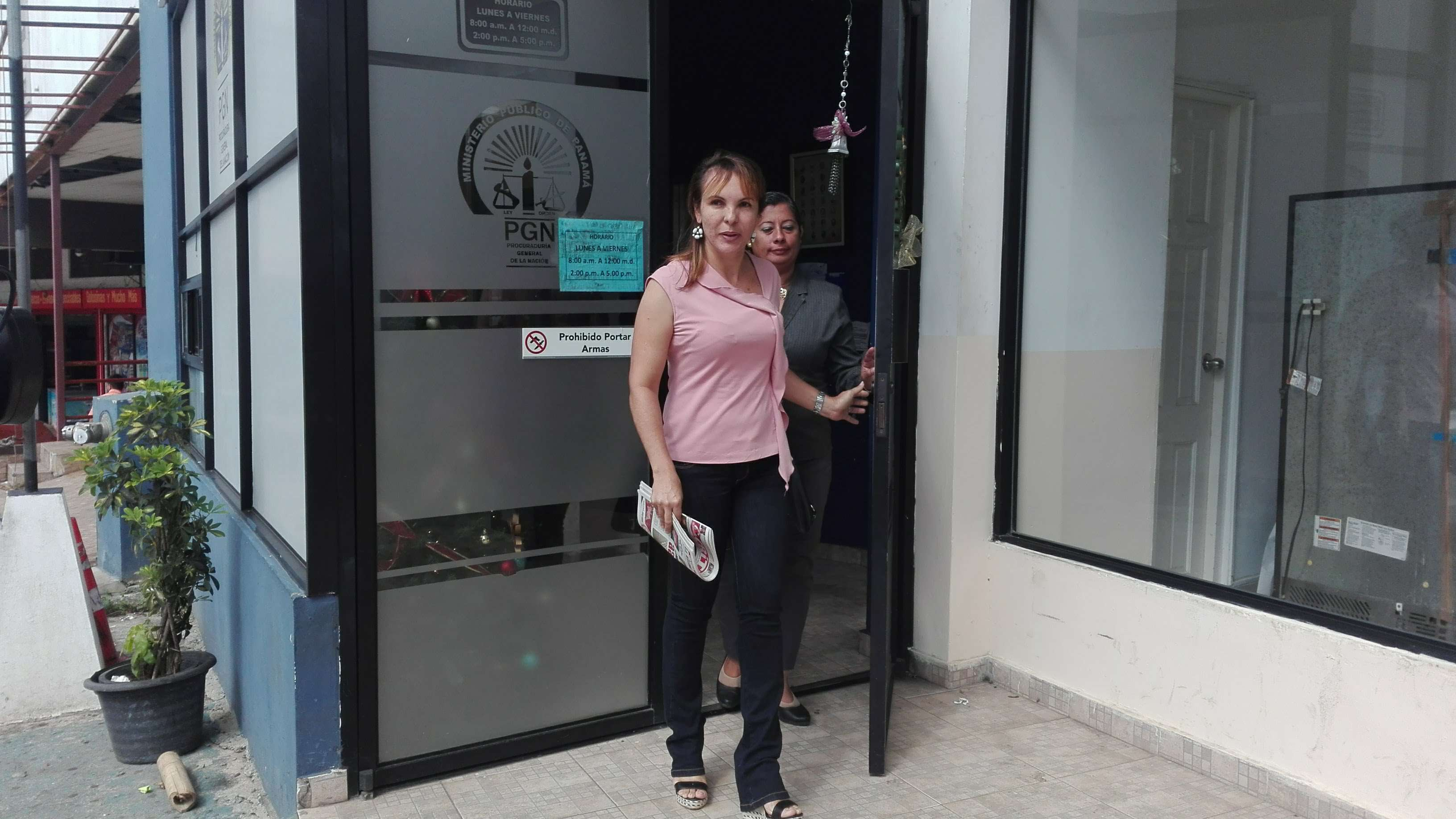 La abogada Sumaya Cedeño (blusa rosada) acompañada de otra integrante de la asociación, presentan la denuncia por maltrato animal. / Foto: Eric Montenegro