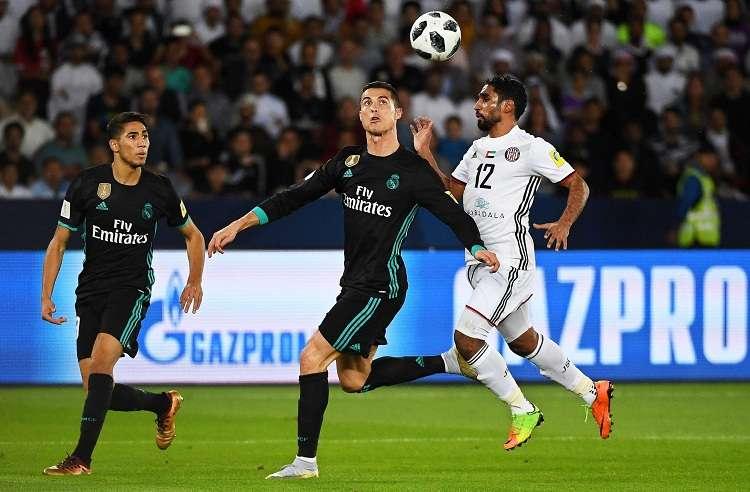 Salim Rashid (d) de Al Jazira disputa un balón con Cristiano Ronaldo (c) de Real Madrid. Foto: EFE