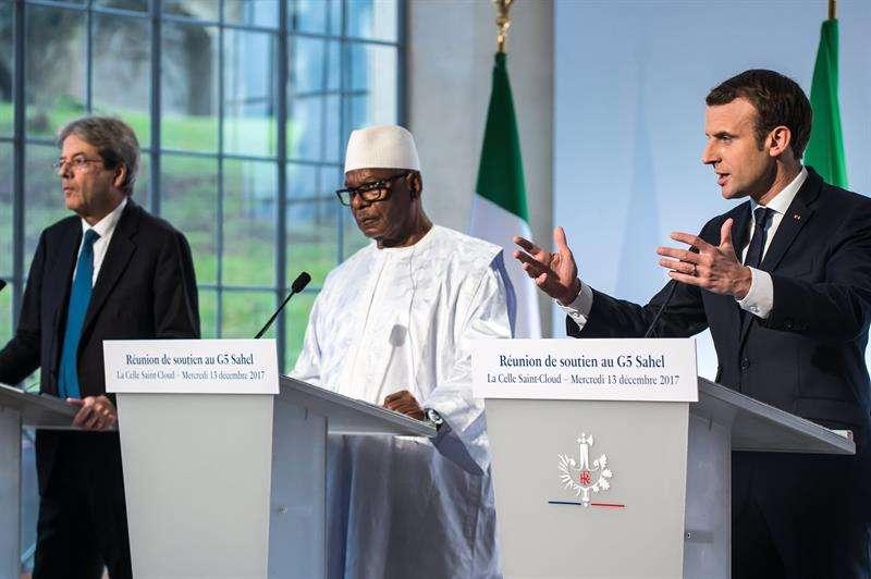 El presidente galo, Emmanuel Macron (d), el primer ministro italiano, Paolo Gentiloni (i), y el presidente de Mali, Ibrahim Boubacar Keita (c), ofrecen una rueda de prensa. EFE