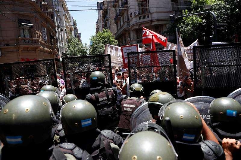 Fuerzas de gendarmería y de la Policía Federal Argentina custodian los alrededores del Congreso argentino para contener un grupo de manifestantes.  /  EFE