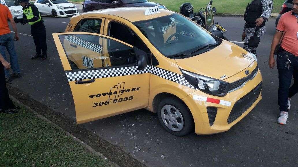 El vehículo en el que se transportaban los sospechosos era un taxi de alquiler. /  Foto: @minsegpanama