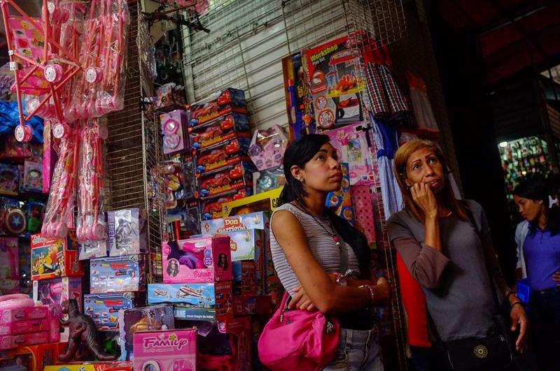 dos mujeres que observan juguetes en una tienda de Caracas (Venezuela). EFE